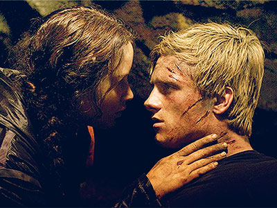 File:The-hunger-games-katniss-peeta-cave-kiss.jpg