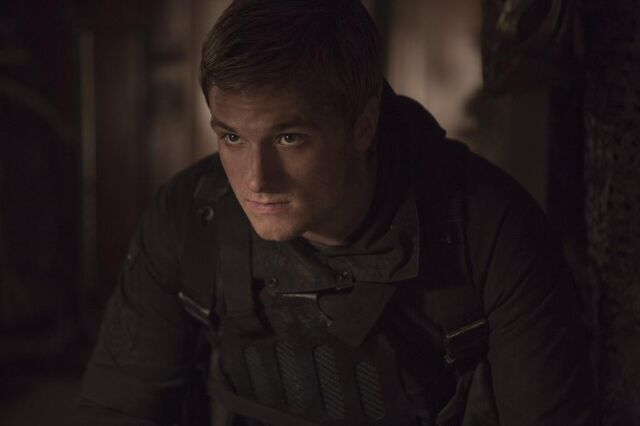 File:Mockingjaypart2-still-peeta.jpg