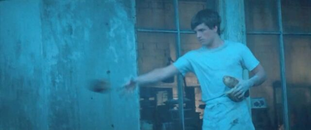 File:Peeta throwing away burnt bread.jpg