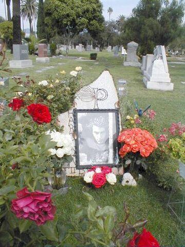 File:Harold Pruett-grave.jpg