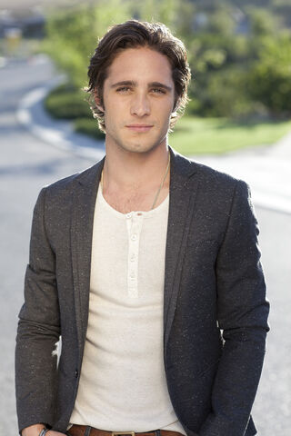 File:Diego-boneta-rocks-hollywood-1000x1500.jpg