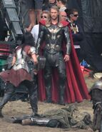 Chris-hemsworth-jaimie-alexander-thor-the-dark-world-set-photo 463x600