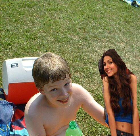 File:Me with Victoria Justice.JPG