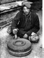 Bundesarchiv Bild 135-BB-152-11, Tibetexpedition, Tibeter mit Handmühle