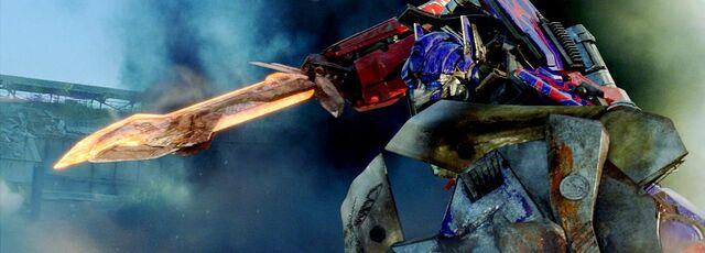 File:Dotm-optimusprime-film-battleblades.jpg