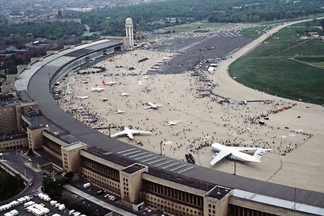 File:FlughafenBerlinTempelhof1984-1-.jpg