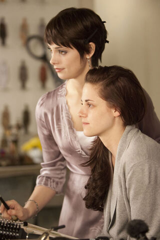 File:Alice and bella getting ready for the wedding..jpg