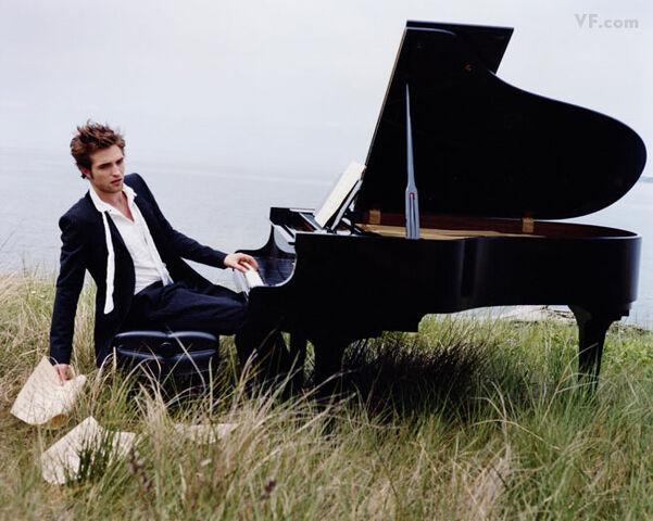 File:PattinsonE091210.jpg