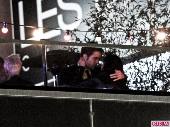 File:4Robert-Pattinson-and-Kristen-Stewart-Kissing-052312-580x435.jpg