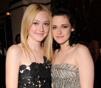 107202 dakota-fanning-and-kristen-stewart-at-the-premiere-of-summit-entertainments-the-twilight-saga-new-mo