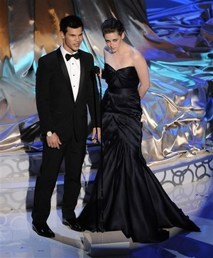 File:Resized taylor lautner kristen stewart robert pattinson.jpg