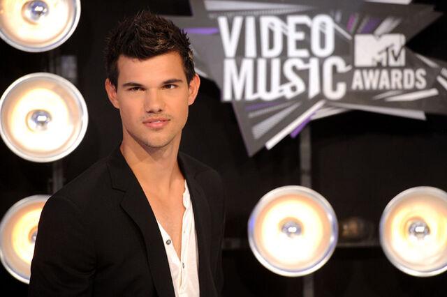 File:Taylor-lautner-2011-mtv-vmas-video-music-awards-08282011-05.jpg