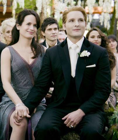 File:-The-Twilight-Saga-Breaking-Dawn-Part-1-Stills-Carlisle-Esme-esme-and-carlisle-cullen-26574857-1024-681-1-.jpg