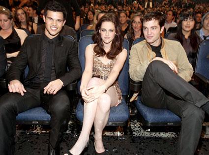 File:Taylor-lautner-kristen-stewart-robert-pattinson-peoples-choice-awards-2011-horiwood.jpg