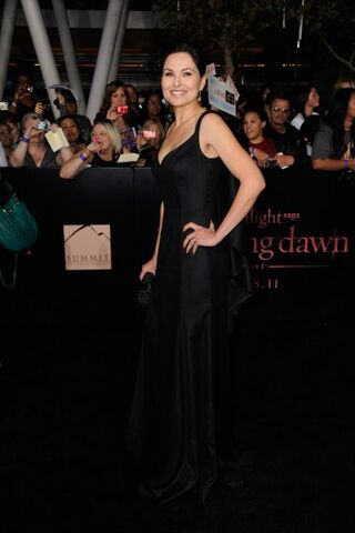 File:Breaking-dawn-cast-red-carpet-11152011-57-430x645.jpg