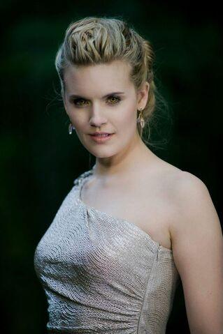 File:Twilight-Saga-Breaking-Dawn -jewelry by Swarovski 2.jpg