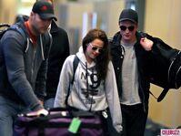 8Robert-Pattinson-Kristen-Stewart-050312--580x435
