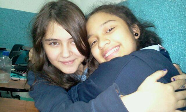 File:Shantal y Rebeka abrazandose.jpg