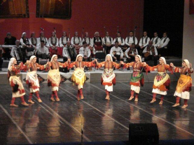 File:Tanec folk ensemble Macedonia 1.jpg