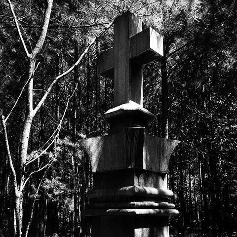 File:Mystic Falls Cemetery Cross Tomb.jpg