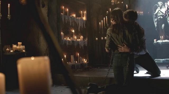 File:Elijah bites Hayley 2x05.png