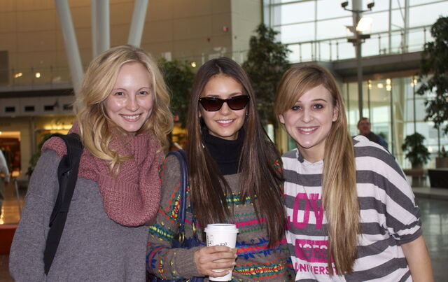 File:New-fanpic-from-Indianapolis-airport-candice-accola-28817698-1280-806.jpg