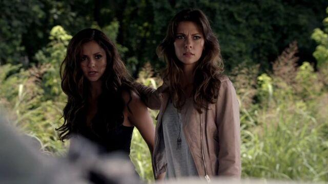 Archivo:Katherine and Nadia TVD 5x03.jpg