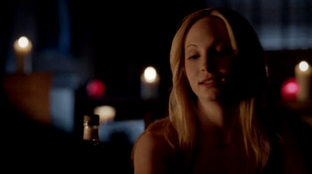 File:Caroline talking with Stefan in 4x22.png