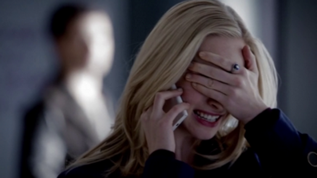 File:Caroline on the phone 5x17.png