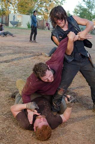 File:AMC 611 Daryl Helps Abraham.png