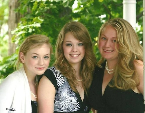 File:Emily Kinney with her younger and older sisters EK looked like a goddess lol.jpg