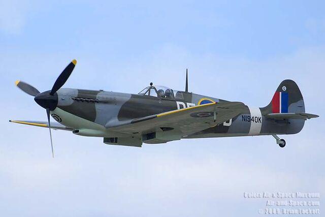 File:BEL2790 Spitfire Mk IX N1940K left front in flight l.jpg