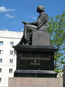 Pomnik Kopernika uszkodzony.jpg