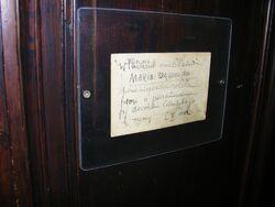 Kartka na drzwiach Muzeum Marii Dąbrowskiej