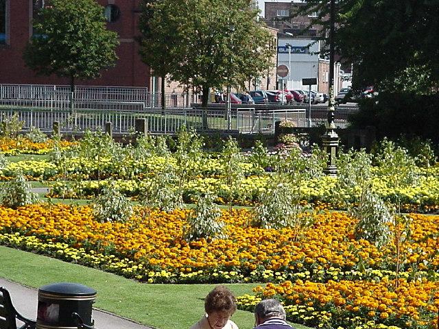Plik:Queens gardens newcastle under lyme.jpg