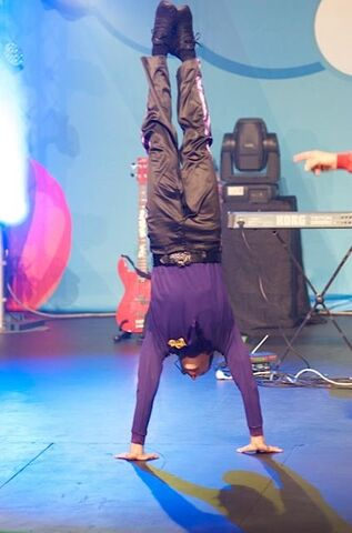 File:Lachy'sHandstand.jpg