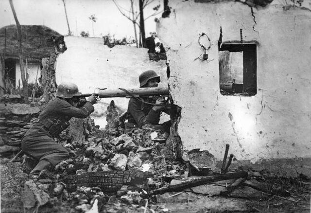 File:Panzerschreck Team, 1944.jpg
