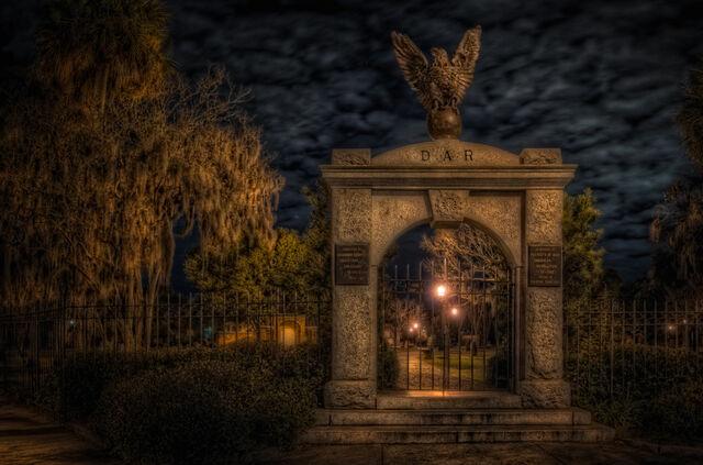File:Colonial-park-gate-large.jpg