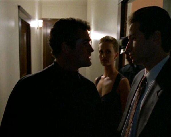 File:Yappi talks to Mulder.jpg