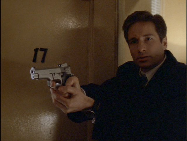File:Smith and Wesson 5906 and Mulder.jpg