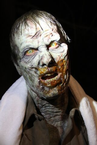 File:121219 Zombie on set 31490.jpg